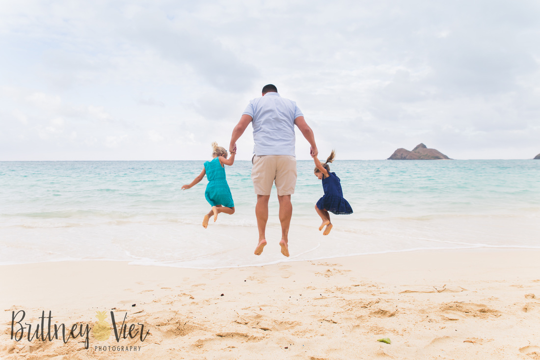 Oahu newborn photographer | family beach pose